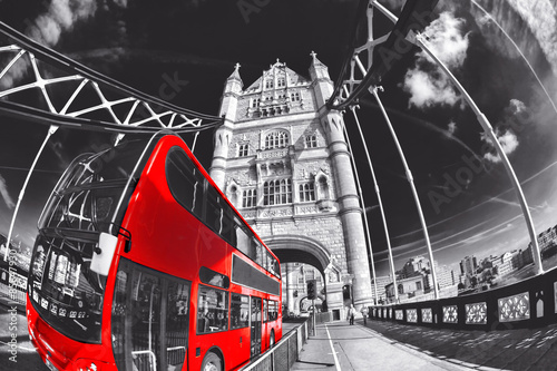 Poster Londres bus rouge Tower Bridge wit red bus in London, England