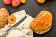 Aprikosen als Frucht und Brotaufstrich