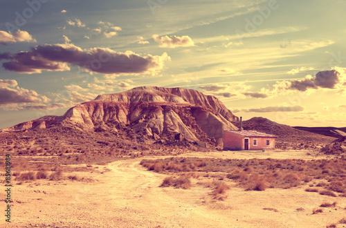 Paisaje y desierto.Aventuras en el desierto.Casa y camino