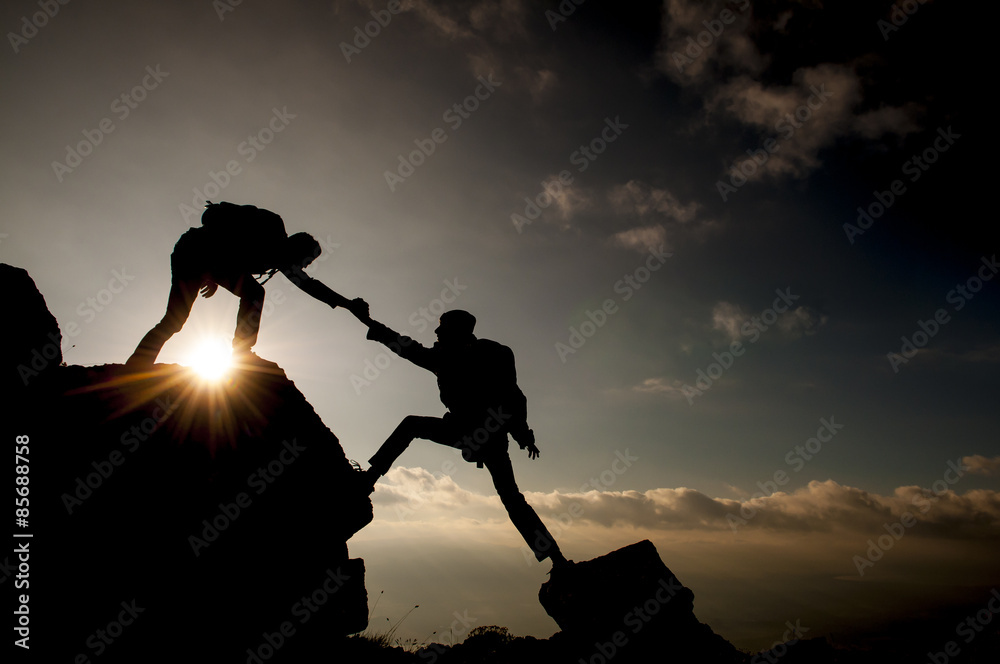 Fototapety, obrazy: kaya tırmanışında yardım eli uzatmak&yardımlaşmak