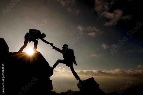 Spoed Fotobehang Alpinisme kaya tırmanışında yardım eli uzatmak&yardımlaşmak