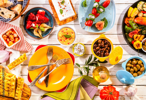 Fotografía  Colorful Mediterranean Meal on White Picnic Table
