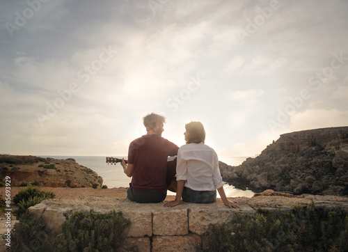 Fantastique Paysage Young couple at the seaside