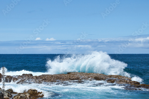 Spoed Foto op Canvas Water Crashing Waves on Hawaiian Rocky Shore