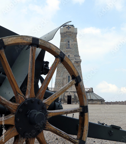 In de dag Monument old cannon of the first world war and the ossuary monument to de