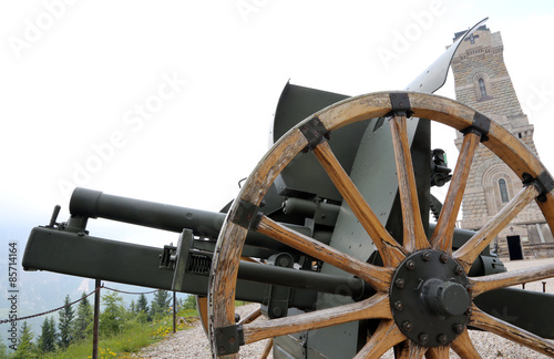 In de dag Monument cannon of the first world war and the ossuary monument to dead s