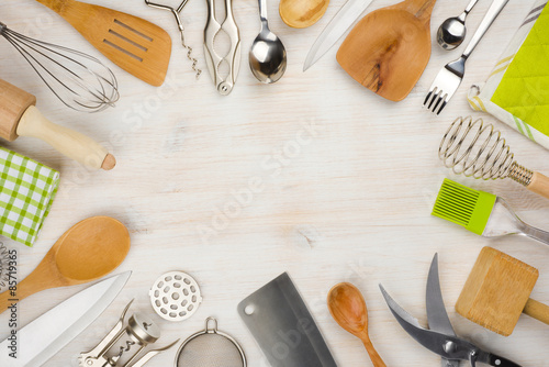 Fotomural  Kitchen utensils and cutlery background with copy space in center