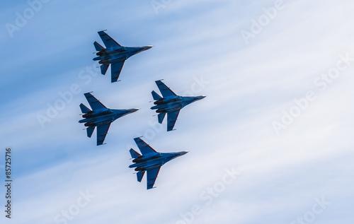 obraz PCV Sylwetki samolotów rosyjskich myśliwców na niebie