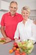 gesundes älteres ehepaar in der küche