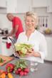 älteres ehepaar bereitet in der küche das essen vor