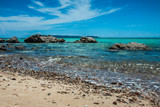 Kamienista plaża i fale