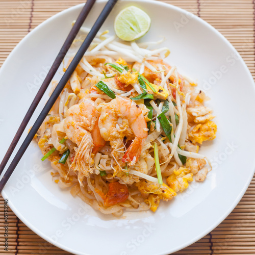Foto  Stir-fried rice noodles (Pad Thai) is the popular food in Thaila