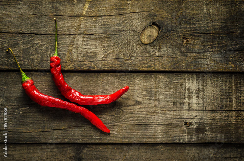 Photo Red chilies on textured background