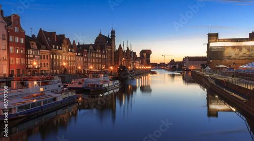 Gdańsk, panorama nocna nabrzeży Motławy. Po lewej stronie Długie Pobrzeże ze Starym Żurawiem, a po prawej oddane do użytku w 2014 r nabrzeże Wyspy Spichrzów