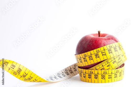 Fotografia  Manzana con cinta sobre fondo blanco (salud y concepto de dieta)