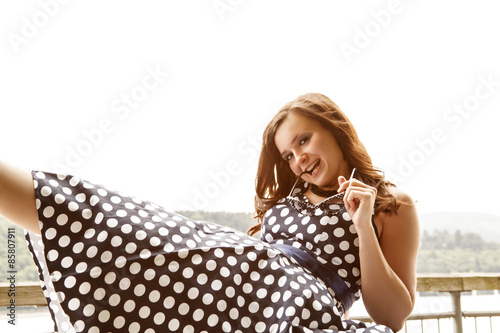 Fotografie, Obraz  Frau in blauem Petticoat Kleid - posing mit Sonnenbrille
