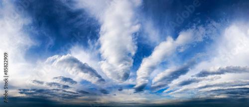 panorama-nieba-z-fantastycznymi-chmurami