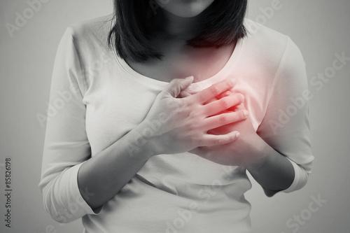 Fotomural La mujer está agarrando su pecho, dolor agudo posible ataque al corazón