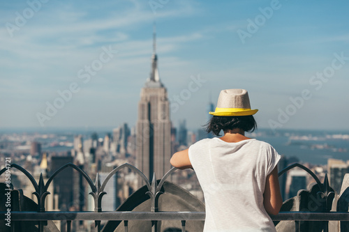 Staande foto New York City Woman Looking at Manhattan Views from a Rooftop