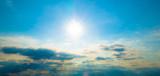 Słońce na błękitnym niebie