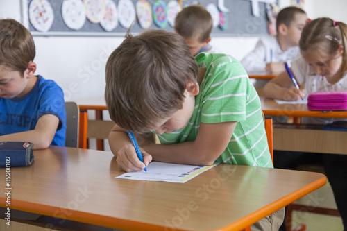 Fotografia Grundschüler bei der Klassenarbeit