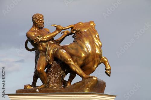 Foto  Skulptur Herakles mit Stier am Schloss Schwerin
