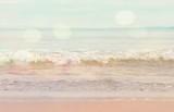 Marzycielska plaża i surfowanie w tle - 85928542