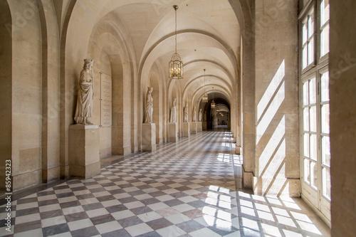 Foto auf Gartenposter Schloss Sala, pasillo de Versalles. Elegante salón antiguo. Palacio.