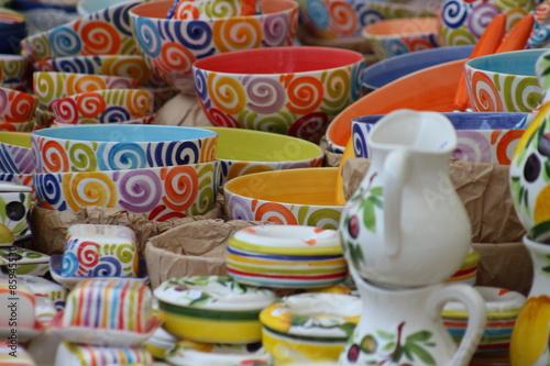 Foto op Plexiglas Japan Bunte Porzellanteller vom Markt