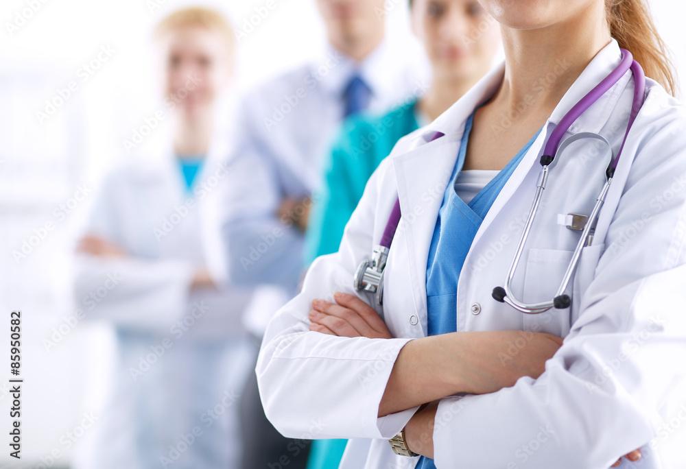 Foto  Attraktive Ärztin vor der medizinischen Gruppe