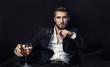 Leinwandbild Motiv Attraktiver Geschäftsmann mit Whiskey und Zigarre