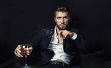 Attraktiver Geschäftsmann Mit Whiskey Und Zigarre