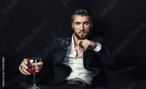 Fototapeta  Attraktiver Geschäftsmann mit Whiskey und Zigarre