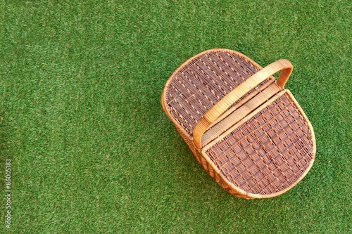 Tuinposter Picknick Picnic Basket On The Fresh Grass Overhead View