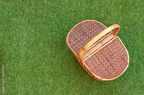 Foto op Plexiglas Picknick Picnic Basket On The Fresh Grass Overhead View