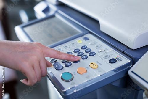 Fotografía  Pulse el botón en el panel de la mano de la impresora
