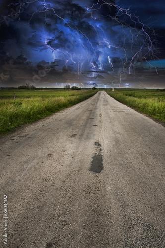 Plakat Błyskawicowa burza nad asfaltową drogą