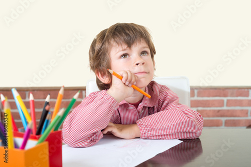 niño escolar pensando