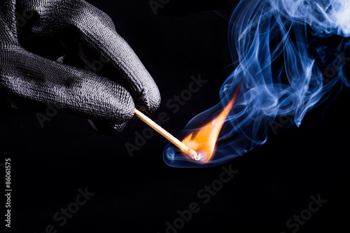 Photo Close-up of hand with match flame