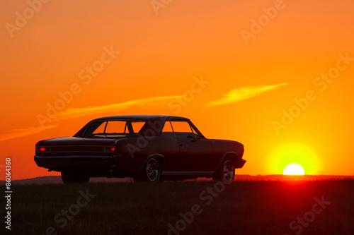 Obrazy na płótnie Canvas Retro car silhouette on sunset