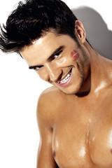 młody mężczyzna z pięknym uśmiechem