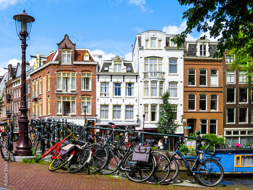 Photo The bicycles and Facades of houses on the channel, Amsterdam, Netherlands