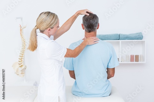 Photo Doctor doing neck adjustment