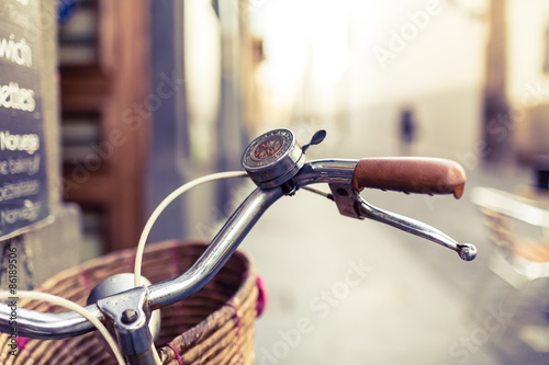 Foto op Plexiglas Fiets City bicycle handlebar and basket over blurred background