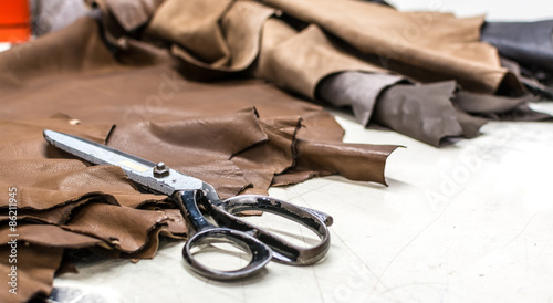 Fotografía  Skilled leather manufacture worker cutting some samples