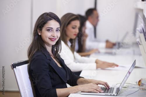 Giovane e bella donna in carriera durante il suo turno di lavoro Canvas