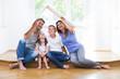 Leinwanddruck Bild - Familie träumt vom eigenen Haus