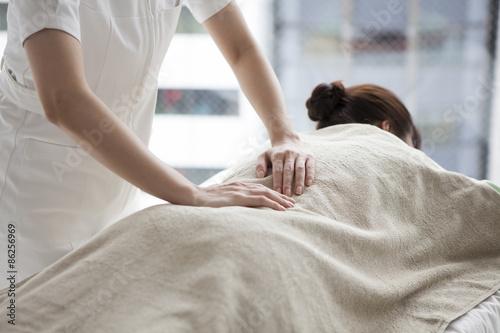 Women receiving the waist of massage Fotobehang