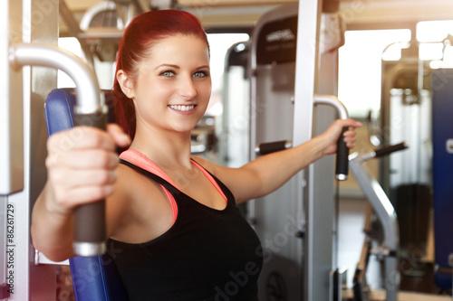 Fotografie, Obraz  lachende Frau trainiert im Fitnessstudio