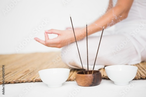 Photo  Fit woman meditating on bamboo mat
